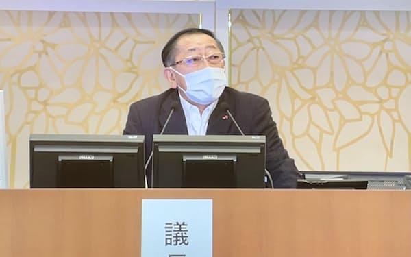株主総会で議長を務めた青柳社長(23日、福岡市)