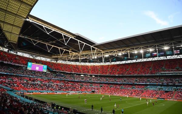 グループステージの試合では観客を収容可能人数の25%に抑えていた(22日、ロンドンのウェンブリー競技場)=ロイター