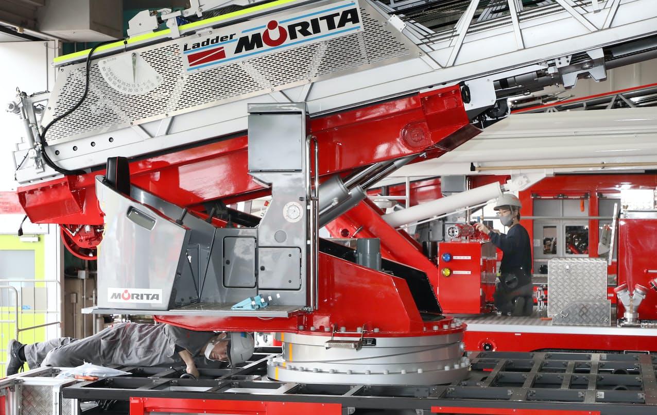依頼主の仕様に合わせて一台一台手作業で造り込まれる消防車=松浦弘昌撮影