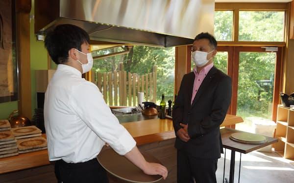 寺本英仁課長㊨は2カ月に1度は「耕すシェフ」を訪ねて近況について聞いている
