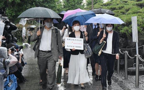 最高裁に入る申立人ら(23日、東京都千代田区)