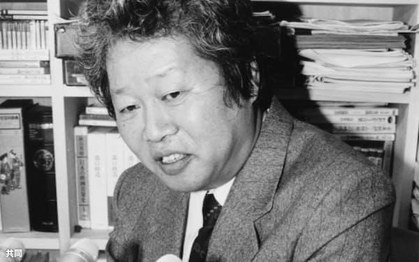 記者会見で田中角栄元首相の思い出を語る立花隆さん(1993年12月、東京都文京区)=共同