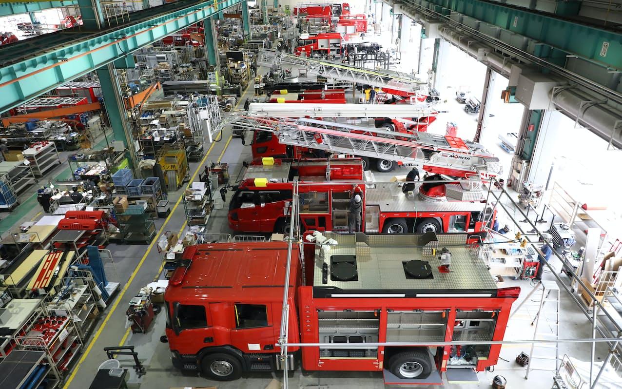 国内外向けの多数の消防車が並んで造られる(兵庫県三田市)