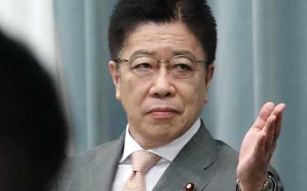 記者会見する加藤官房長官(23日、首相官邸)