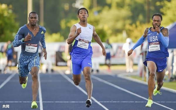 米フロリダ州の競技会で男子100メートルに出場したサニブラウン・ハキーム(中央)=共同
