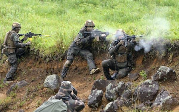 5月15日に宮崎、鹿児島両県の陸上自衛隊霧島演習場で報道陣に公開された日米仏の共同訓練=共同