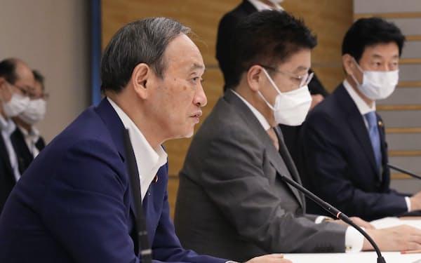 新型コロナ感染症対策の進捗に関する関係閣僚会議の初会合で発言する菅首相(23日、首相官邸)
