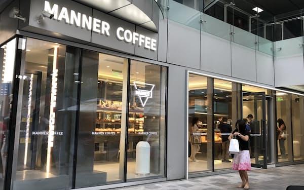 シンプルなデザインが若者に人気を集めている(上海市内のマナーコーヒーの店舗)