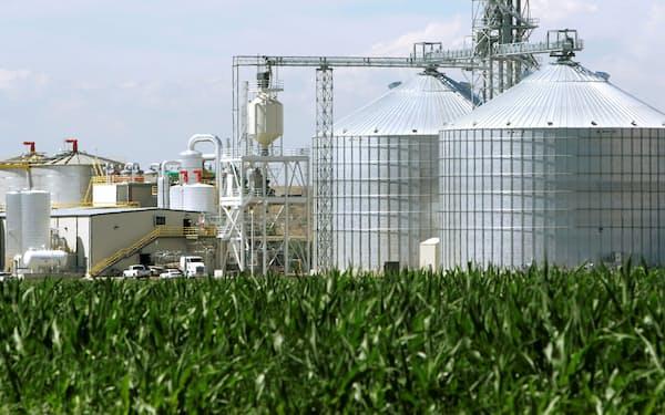 バイオ燃料は需要拡大が見込まれる(トウモロコシを使う米エタノールプラント=ロイター)