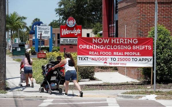 求人の看板を掲げる飲食店(6月、米フロリダ州)=ロイター