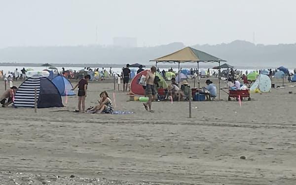 大洗サンビーチは昨夏に閉鎖されたが行楽客でにぎわう姿も目立った(茨城県大洗町、2020年8月)