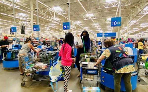 ウォルマートは4日間のセールで家電や衣料品などを値引きした(20日、ニュージャージー州ガーフィールド)