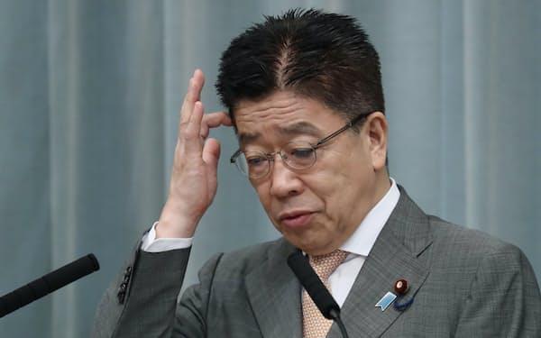 記者会見する加藤官房長官(23日午前、首相官邸)