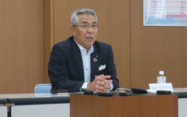 中小企業向けの事業承継ファンドを発表する、佐賀銀行の坂井頭取(24日、福岡市)
