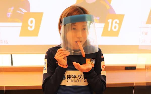 熟成ホップ入りソーセージの発売に向け、試食会を開催した(24日、軽井沢町)