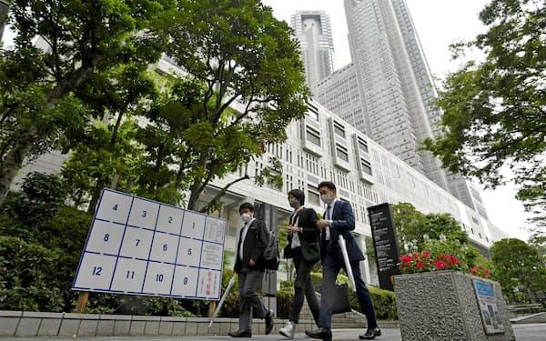 都議選候補者ポスターの掲示板が設置された東京都庁前(23日)=共同