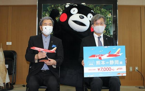 熊本ー静岡線の再開を発表したFDAの森谷副社長㊨と、熊本県の蒲島郁夫知事(24日、県庁)