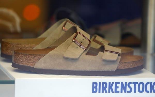 独靴ブランドのビルケンシュトックが発行した社債には「ピック・ユア・ポイズン」条項がついた(ベルリンの店舗に置かれたビルケンシュトック社の靴)=ロイター