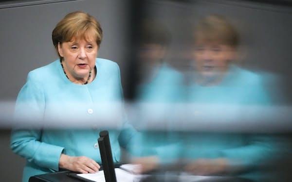 24日にドイツの連邦議会で演説するメルケル首相(ベルリン)=AP