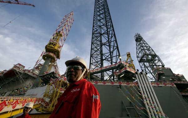 石油掘削装置の建造は需要の低迷などによって不振が続いている(写真はケッペル・グループのシンガポールの設備)=ロイター