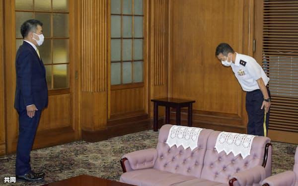 滋賀県の三日月大造知事(左)に謝罪する陸上自衛隊中部方面総監部の酒井秀典幕僚長=24日午前、滋賀県庁