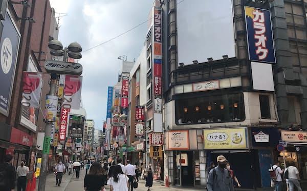 東京・渋谷センター街を歩くと、ところどころ白い看板が目につく(24日)