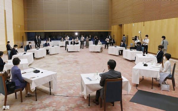 首相官邸で24日に開かれた、孤独・孤立に関するフォーラム=共同