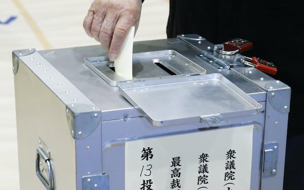 投票する有権者