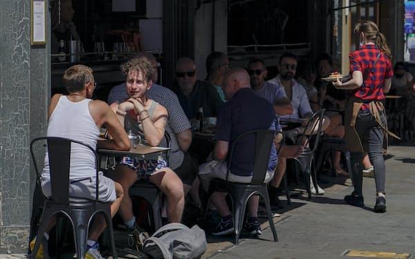都市封鎖の緩和でレストランが再開し、街はにぎわいを取り戻している(6月、ロンドン)=AP