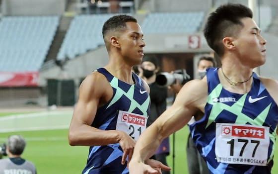 東京五輪代表選考会を兼ねた陸上の日本選手権男子100メートル準決勝で敗退したケンブリッジ(左)=24日、大阪市のヤンマースタジアム長居