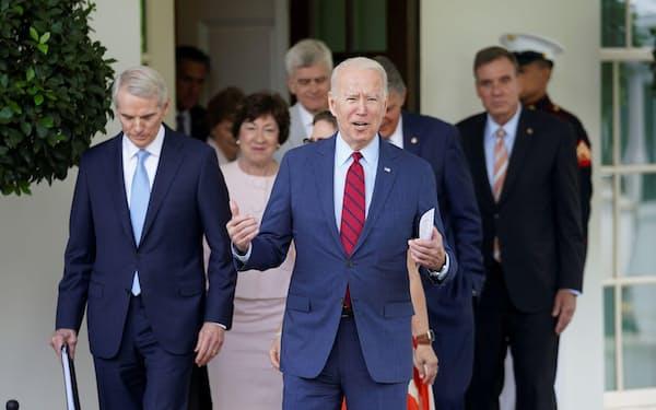 超党派の上院議員らとの協議を終えたバイデン米大統領(24日、ホワイトハウス)=ロイター