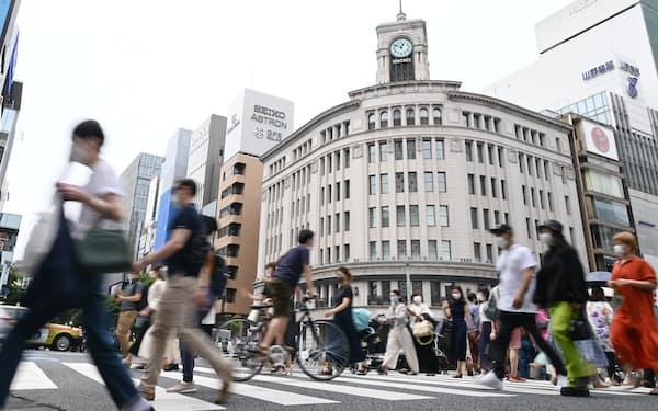 人が行き交う銀座四丁目の交差点(東京都中央区)