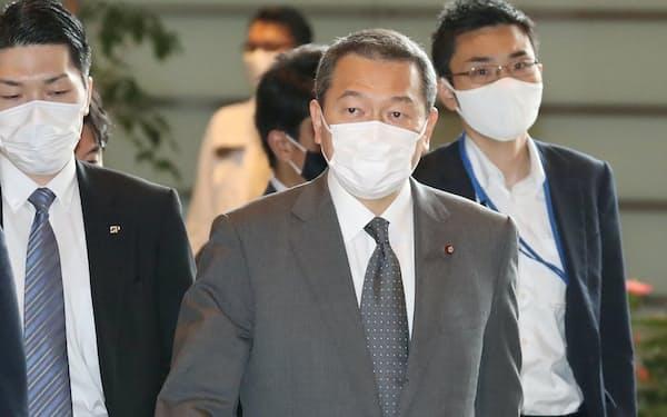 閣議のため首相官邸に入る小此木国家公安委員長(25日午前)
