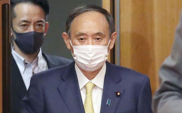 閣議に臨む菅首相(25日午前、首相官邸)