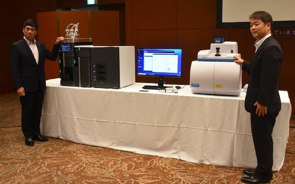 島津の高速液体クロマトグラフと堀場のラマン分光装置を融合させた新システムを発売した(25日、京都市)