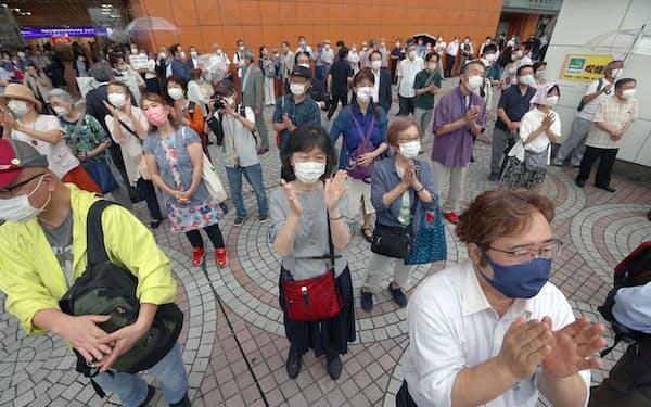 街頭演説を聞く有権者ら(25日午前、東京都新宿区)