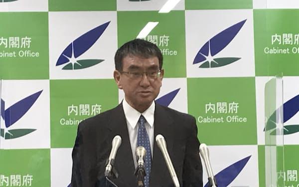 記者会見に臨む河野規制改革相(25日)