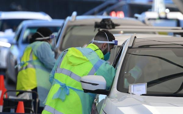 シドニーではドライブスルー方式の検査も実施(25日)=AP