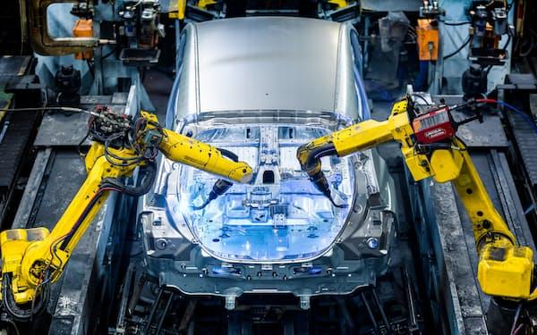 日産は部品メーカーと共同設計してEVを効率よく開発・生産する(英工場の「リーフ」生産ライン)