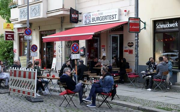 ベルリン市内で営業を再開したレストラン。ドイツ政府はロックダウンの影響を受けた事業者向けの支援として1080億ユーロ超を拠出した=ロイター