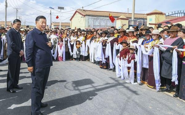 チベット族の住民を前に話す中国の習近平国家主席(左手前)=8日、中国青海省海北チベット族自治州(新華社=共同)
