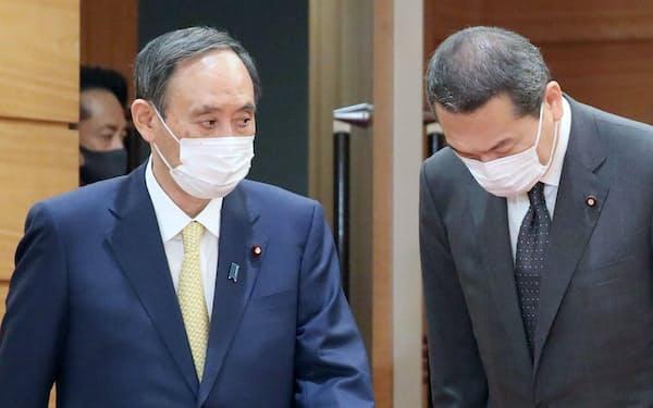 閣議に臨む菅首相。右は小此木氏(25日午前、首相官邸)