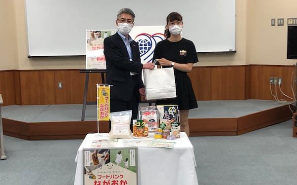長岡市内の留学生に生活支援品を手渡した(長岡大学)