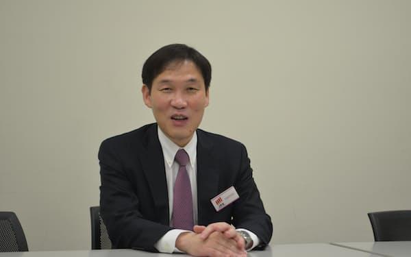 東京証券取引所で記者会見するステムセル研究所の清水崇文社長