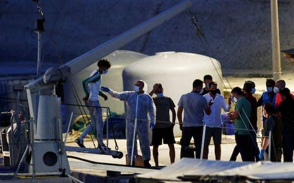地中海経由で欧州をめざす移民が増えている(6月、イタリア・ランペドゥーサ島)=ロイター