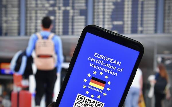 ワクチン証明書は世界で発行が進む(EUが導入予定のデジタル証明書のイメージ)=AP