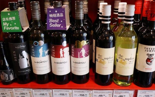 北京の小売店に並ぶ豪産ワイン(20年11月)=ロイター
