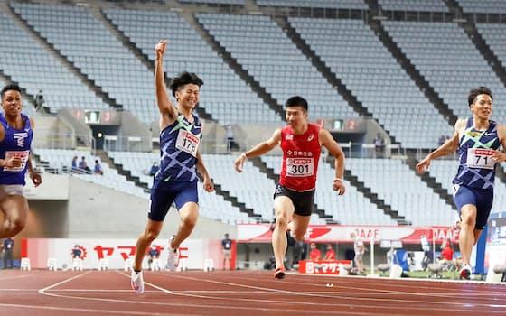 男子100㍍で優勝した多田(左から2人目)。右端は3位の山県
