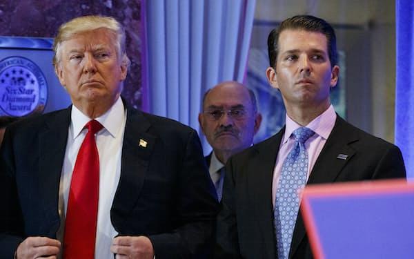トランプ前大統領(左)とトランプ・オーガニゼーションのCFOアレン・ワイゼルバーグ氏(中央)=AP