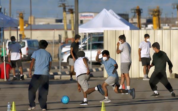 米国は20年の国勢調査で18歳未満の過半数を有色人種が占める見通しだ(4月、テキサス州でサッカーをする移民の子どもたち)=ロイター
